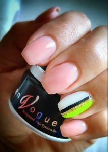 En Vogue nails and container